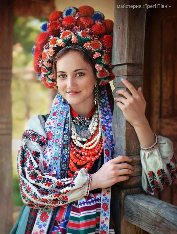 11-3-06-floral-crown-of-ukrainian-women-celebrates-beauty-and-tradition-6