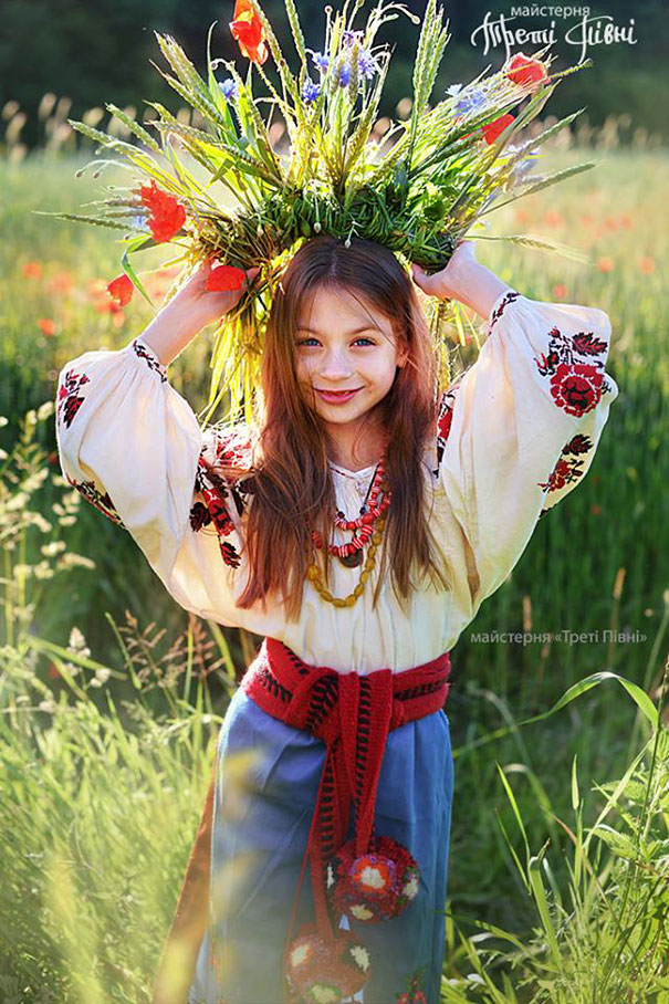 11-3-06-floral-crown-of-ukrainian-women-celebrates-beauty-and-tradition-9